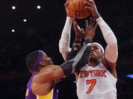 Bisweilen wurde mit harten Bandagen gekämpft: Dwight Howard geht hier rustikal gegen Carmelo Anthony (re.) zu Werke.