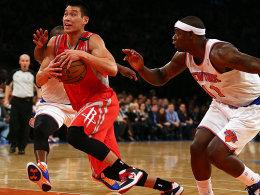 Spielte an seiner alten Wirkungsstätte groß auf: Jeremy Lin, hier gegen Raymond Felton (re.).