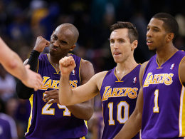 Overtime in Oakland, und am Ende jubeln die Lakers: Kobe Bryant, Steve Nash und Darius Morris (v.l.).