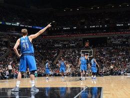 ER ist wieder da! Dirk Nowitzki feierte sein Saisondebüt in San Antonio - die Spurs vermasselten ihm die Party.