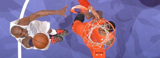 Kobe Bryant zieht gegen Tyson Chandler und J.R. Smith zum Korb.
