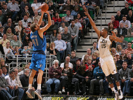 Dreier! Doch Dirk Nowitzki konnte die Mavericks in Salt Lake City (re. Derrick Favors) nicht zum Sieg führen.