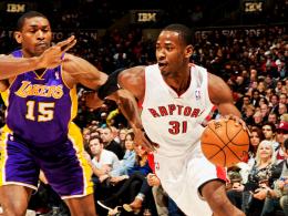 Immer einen Schritt voraus: Terrence Ross (re.) von den Raptors gegen Metta World Peace von den L.A. Lakers.