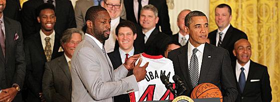 Der Präsident rief, die Meister kamen: Heat-Superstar Dwyane Wade überreichte Barack Obama im Weißen Haus Trikot und Ball.