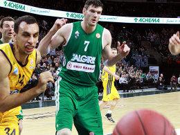 Kaunas' Lavrinovic (re.) und Albas Idbihi im Gerangel um den Ball.