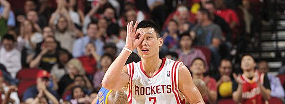 """Bullseye! Jeremy Lin feiert einen seiner fünf Dreier und sorgte in Houston für """"Linsanity Reloaded""""."""