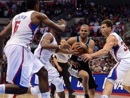 Ab durch die Mitte: Tony Parker beißt sich gegen eine ganze Clippers-Riege um All-Star Blake Griffin (re.) durch.