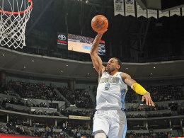 Andre Iguodala von den Nuggets holt aus zum beeindruckenden Slamdunk. Gegen die Sacramento Kings holte Denver den 15. Sieg in Serie.