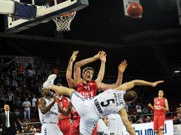 Für Caja Laboral im Kampf um ein Final-Four-Ticket: Tibor Pleiß (Bildmitte), hier gegen Besiktas' Sinan Güler (#5).