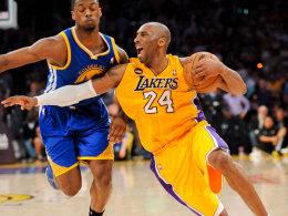 Kobe Bryant geht gegen Harrison Barnes zu Boden: Der Lakers-Star steht vor einer monatelangen Pause.