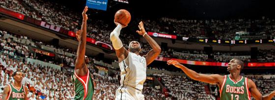 Unwiderstehlich: Miamis LeBron James ist gegen die Bucks auf dem Weg zum Korb nicht zu stoppen.