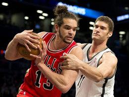 Joakim Noah gegen Brook Lopez (li.)