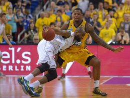 Triers Jermaine Bucknor gegen Berlins Deon Thompson (re.).
