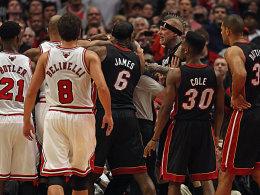 Heißer Fight: Nicht immer sah es in Chicago nach Basketball aus.