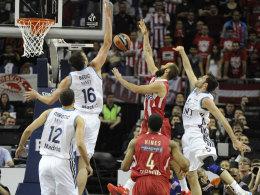 Olympiakos Piräus (in Rot) mussten sich gegen Real Madrid im Euroleague-Finale mächtig strecken, um den Titel zu verteidigen.