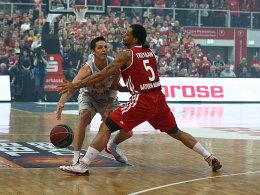 Bambergs Casey Jacobsen (li., mit Bayerns Chevon Troutman) trug mit 24 Punkten maßgeblich zum Bamberger Sieg bei.