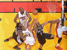 Gedränge unterm Korb: In Spiel zwei schnappten die Miami Heat (in weiß) richtig zu und glichen gegen San Antonio aus.