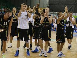 Das deutsche Team feiert den Erfolg gegen Frankreich.