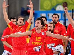 Sergio Llull (Mi.) bejubelt Punkte gegen Serbien