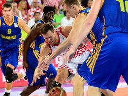 Durchgesetzt: Kroatiens Bojan Bogdanovic (Mi.) steht im Halbfinale.