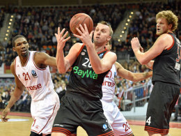 Alles im Griff: Bayerns Dusan Savanovic (Mi.) ließ gegen die Bamberger mit seinem Team nichts anbrennen.