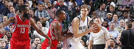 """""""Play-off-Dirk""""! Nowitzki geht hochmotiviert in die Serie gegen James Harden (li.), Terrence Jones und die Rockets."""