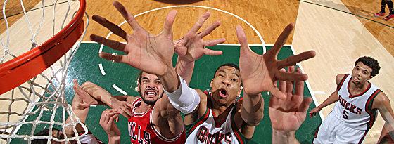 Die Hände zum Himmel: Derbytime zwischen Giannis Antetokounmpo (Mi., in Weiß) von den Bucks im Rebound-Kampf gegen Joakim Noah von den Bulls.
