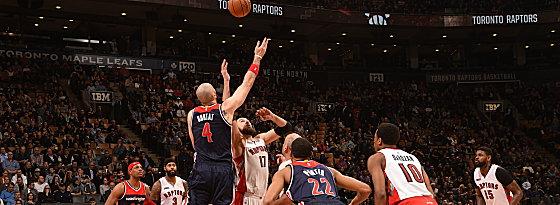 Offenes Duell: Die Washington Wizards um Marcin Gortat (#4) treffen auf die Toronto Raptors.