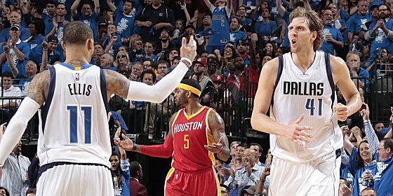 Noch nicht ganz durch: Die Dallas Mavericks um Monta Ellis und Dirk Nowitzki (re.) gewannen Spiel vier gegen Houston.