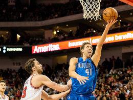Geht in seine 18. NBA-Saison: Dirk Nowitzki, hier gegen Chicagos Pau Gasol.