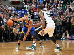 War auch von den Utah Jazz nicht zu stoppen: Warriors-Superstar Stephen Curry (l.).