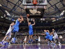 Konnte sich über seine neue Bestmarke kaum freuen: Dirk Nowitzki (Mitte) von den Dallas Mavericks.
