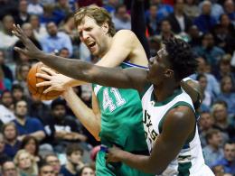 Saison-Negativrekord: Dirk Nowitzki feierte mit Dallas dennoch einen Sieg gegen Milwaukee und Johnny O'Briant (re.).