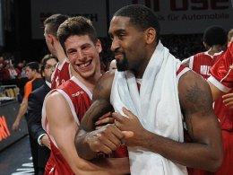 Hiergeblieben: Die Brose Baskets um Aleksej Nikolic (li.) würden Brad Wanamaker am liebsten in Bamberg festbinden.