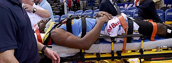 Schrecksekunde: Denvers Kenneth Faried verletzte sich im Nackenbereich.