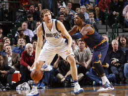 Double-Double und doch geschlagen: Dirk Nowitzki verlor mit den Mavs gegen Kyrie Irving (re.) und die Cavaliers.