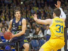 Albas Dragan Milosavljevic (li, hier gegen Braunschweigs Nicolai Simon) war mit 13 Punkten noch bester Werfer seines Teams.