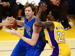 Nervenstark: Dirk Nowitzki, links gegen Lou Williams, warf Dallas gegen die Lakers spät zum Sieg.