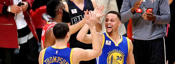 Konnte mit einem Lächeln fair gratulieren: Stephen Curry mit Teamkollege Klay Thompson.