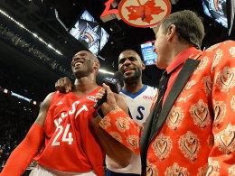 Abschied von der großen Bühne: TV-Reporter Craig Sager (re.) und LeBron James ziehen den imaginären Hut vor Kobe Bryant.