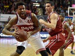 Bryce Taylor (re.) setzte sich mit Bayern gegen die Brose Baskets und Nikolaos Zisis durch.