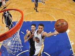 Curry macht 51 und trifft von der Mittellinie
