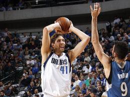 Frühe Punkte, frühe Fouls: Dirk Nowitzki hatte am Sonntag gegen die Timberwolves eine kurze Schicht.