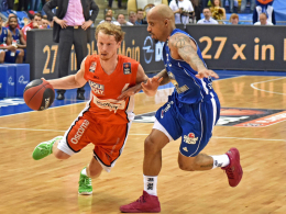 Ulms Per Günther (li.) gegen Frankfurts Jordan Theodore.