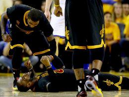 Noch lange nicht am Boden: LeBron James und Kyrie Irving (oben) führten die Cavs zum zweiten Sieg in der Finalserie.