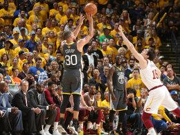 Rekord-Curry versenkt neun Dreier - 2:0 Warriors!