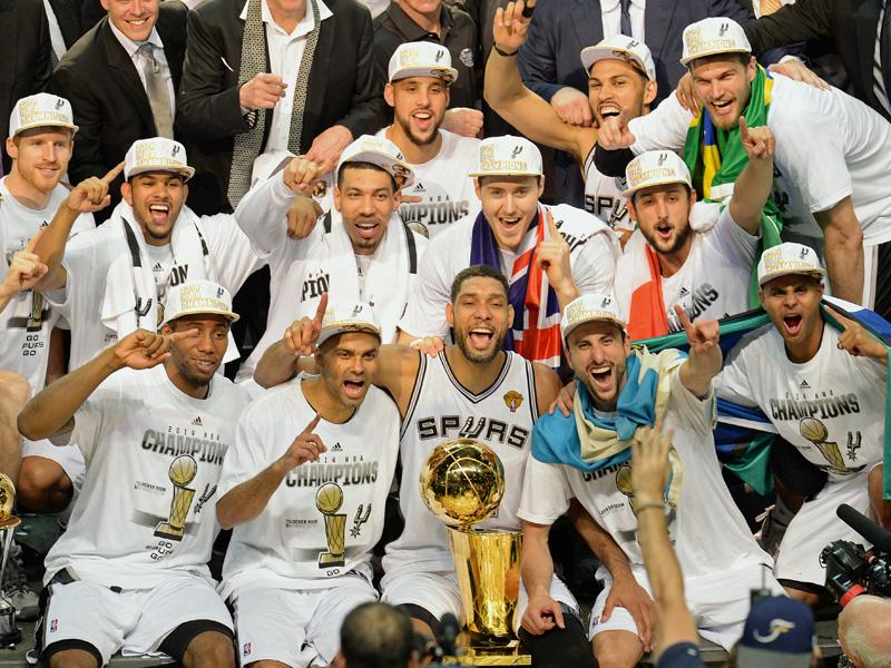 Kawhi Leonard (links unten) feiert zusammen mit dem Spurs-Ikonen Tony Parker, Timo Duncan und Manu Ginobili den Titel 2014.