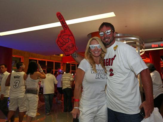 Fans der Miami Heat decken sich mit den entsprechenden Utensilien ein.