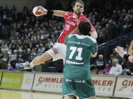 Andrej Klimovets (unten) bei seinem Debüt gegen Göppingen (oben: Pavel Horak)