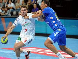 Hamburgs Michael Kraus setzt sich gegen Montpelliers Wissem Hmam durch.